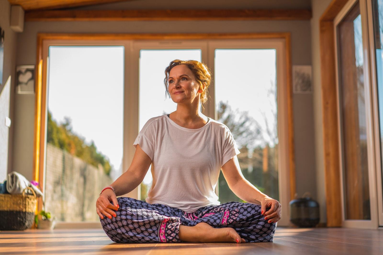 Adamik Ildikó  jógázik 6. meditáció